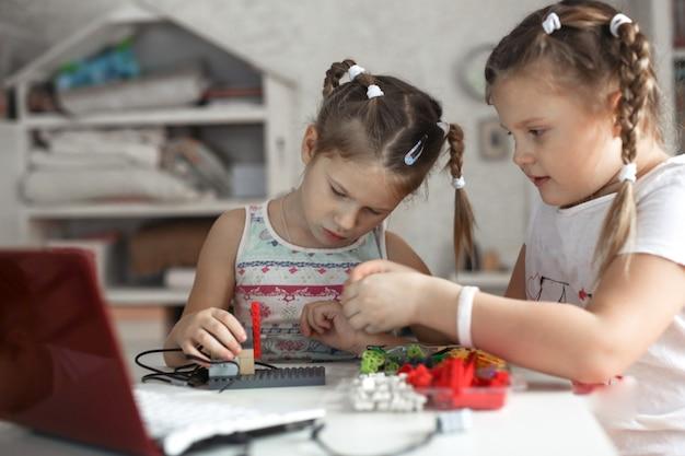 子供はラップトップを使用してデザイナーからロボットを構築します