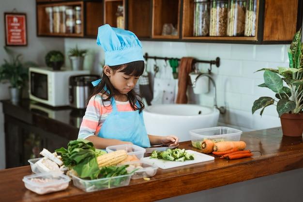 キッチンで調理する子供