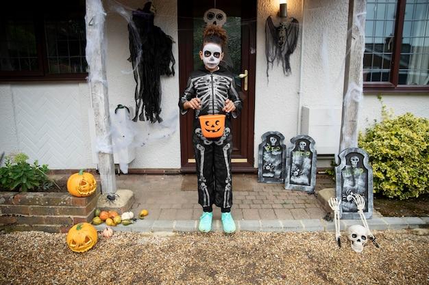 Bambino in costume da scheletro carino ma spaventoso