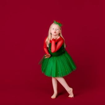 Малыш танцор доволен концертной одеждой. одежда для бальных танцев.