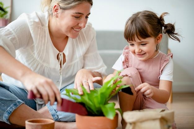 自宅でお母さんと一緒に子供diy植物ポッティング