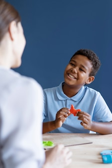 심리학자와 작업 치료 세션을 하는 아이