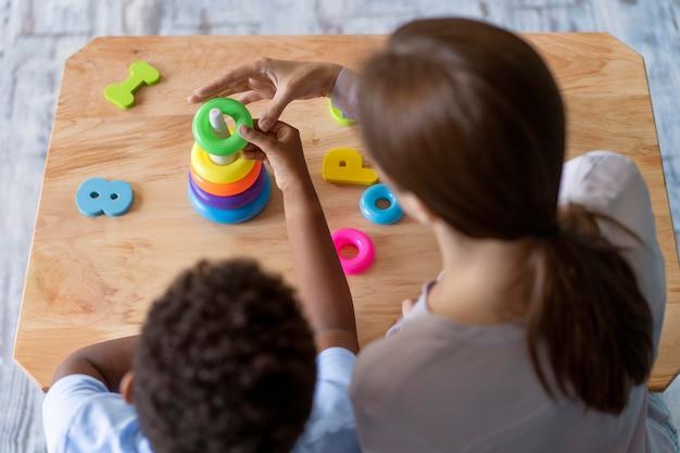 Ребенок делает сеанс трудотерапии