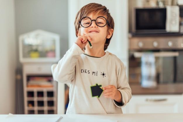Kid facendo i compiti