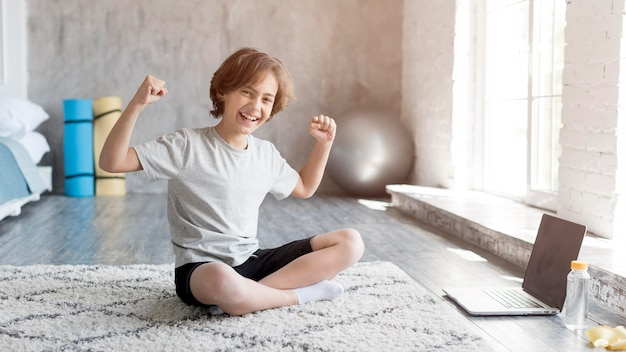 집에서 스포츠를하는 아이