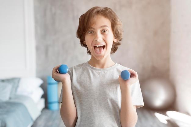 Малыш занимается спортом дома