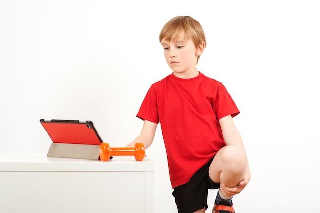 Ребенок делает упражнения йоги дома