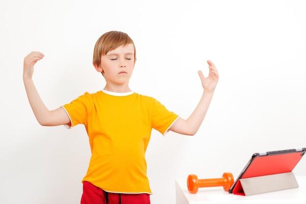 自宅でヨガの練習をしている子供
