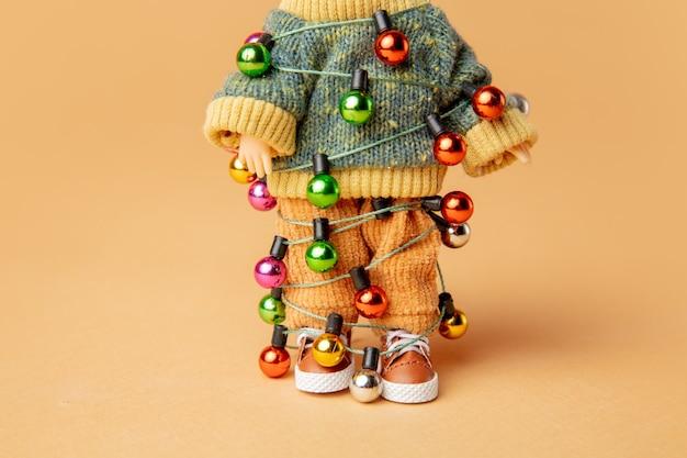 크리스마스 조명을 묶은 꼬마 인형