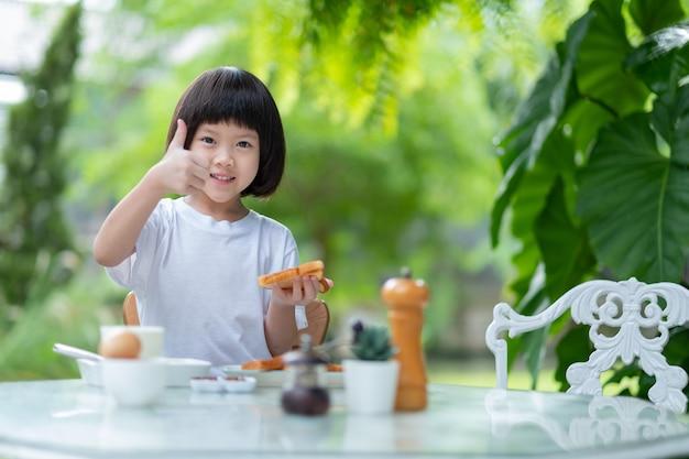 子供の食事、幸せな時間、朝食