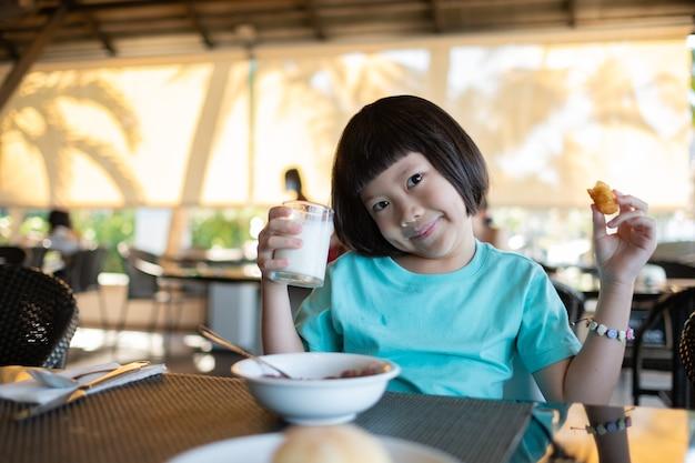 食べ物を食べる子供、幸せな時間、朝食