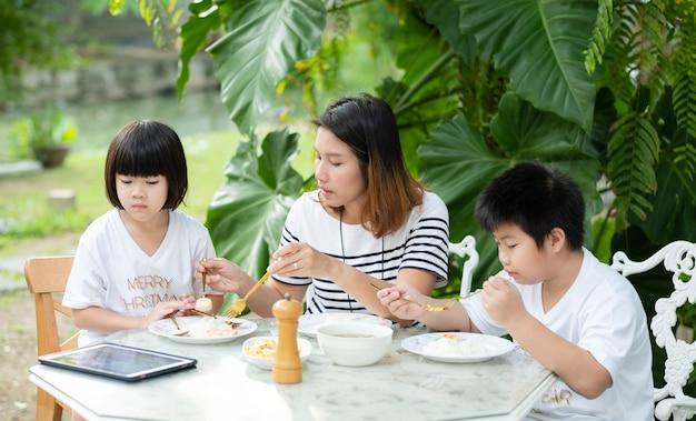 엄마와 함께 음식을 먹는 아이, 행복한 시간, 아침 식사