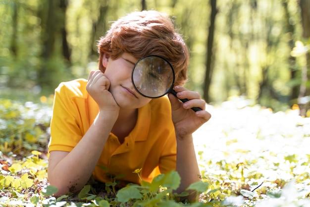 環境の日に森を探索する子供