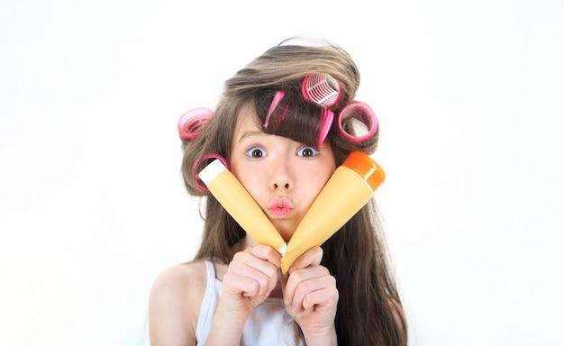 Детская мода симпатичный подросток наносит крем на лицо