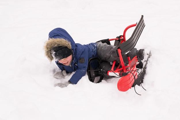 Ребенок упал со снегохода в снегу