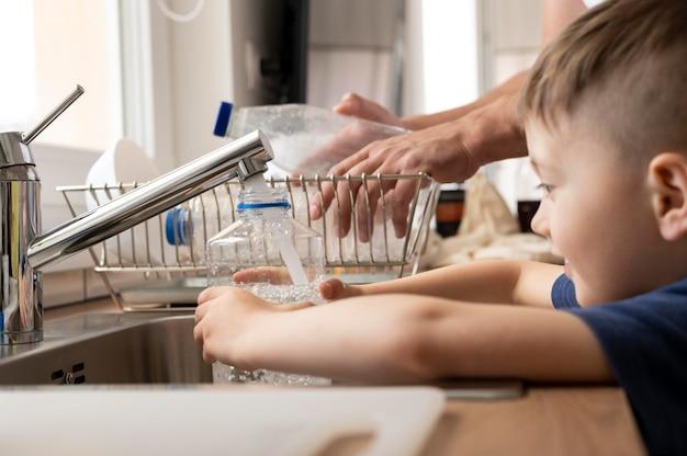 水でボトルを充填する子供