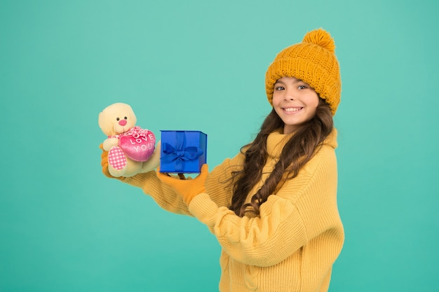 子供の女の子はクリスマスプレゼントを喜ばせました。思いがけない驚き。冬休み。誕生日を祝います。子供の愛の誕生日プレゼント。良い贈り物に感謝しています。サプライズプレゼントボックス。チャイルドハッピーホールドギフトボックス。