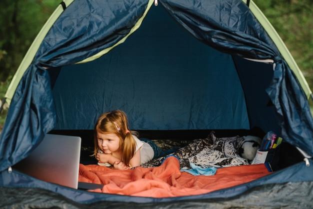 텐트에서 캠페인에 아이 소녀