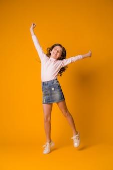 子供女の子ジャンプ幸せな女の子の踊り