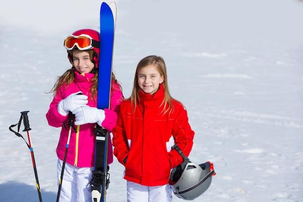 スキー用具で冬の雪の中で子供女の子妹