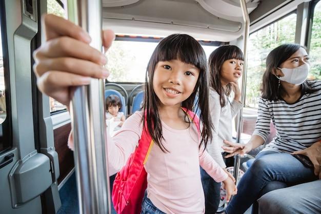 朝、公共交通機関で通学する子供