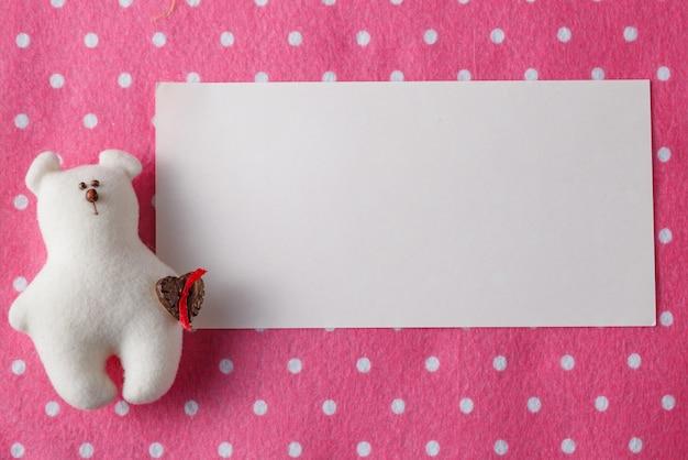 子供のグリーティングカードのコンセプトです。カラフルな空間に人形を感じた
