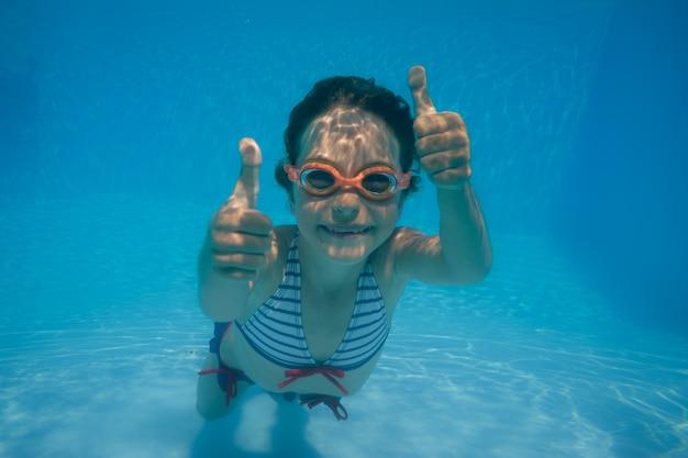 수영장에서 재미 아이 아이 여름 휴가의 수중 초상화