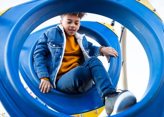 Kid divertirsi al parco giochi