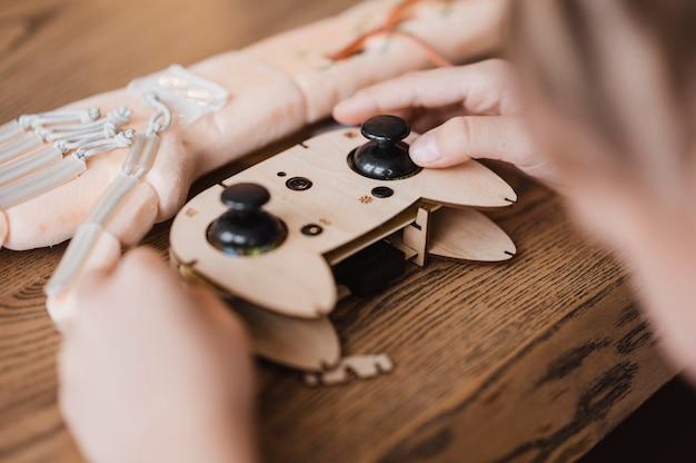 木製のコントローラーを持っている子供