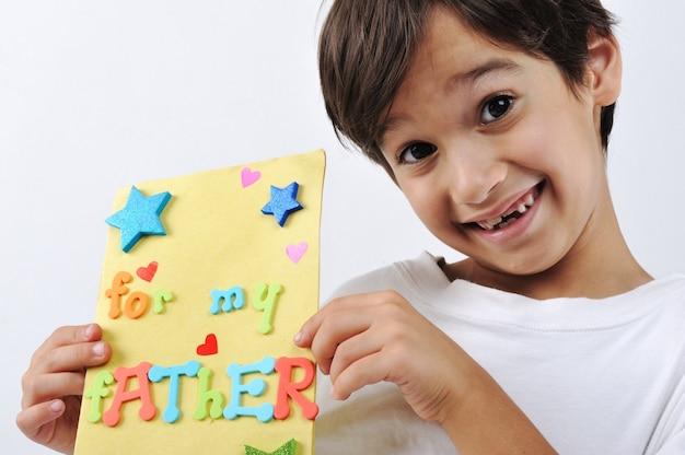 사랑스러운 아빠에 대한 메시지를 들고 아이