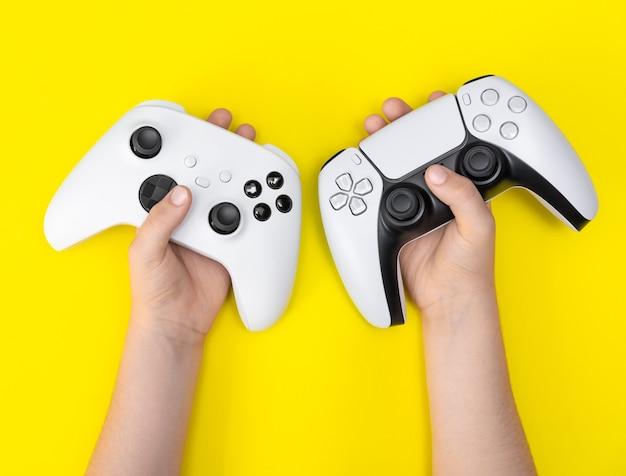 Ребенок держит игровые контроллеры следующего поколения.