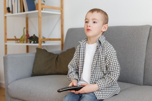 Ребенок держит пульт от телевизора