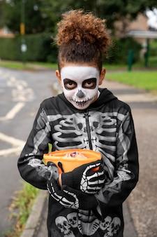 Малыш в милом, но страшном костюме скелета