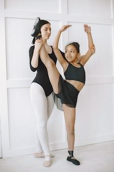 。先生とダンスクラスの子供