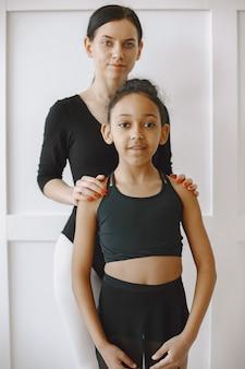 。先生とダンスクラスの子供 Premium写真
