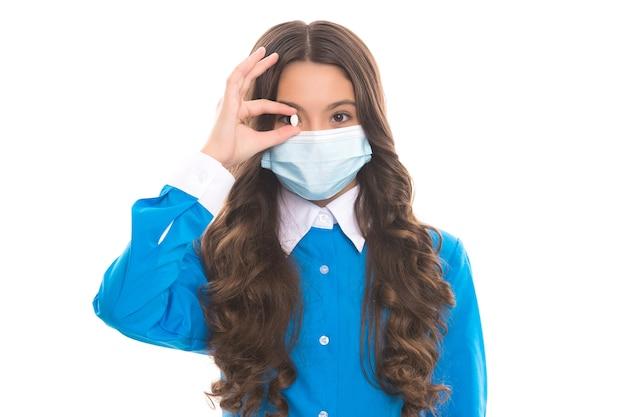 コロナウイルスcovid-19の流行、免疫の広がりを防ぐ錠剤と呼吸器マスクの子供。