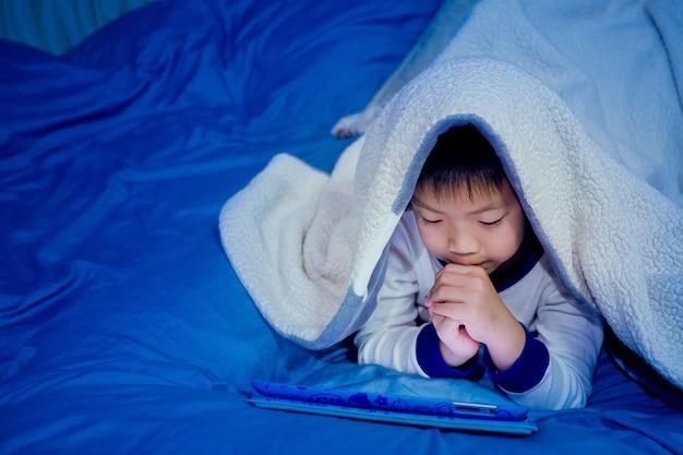 아이는 태블릿에 중독, 스마트 폰을 재생하는 어린 소녀, 아이 사용 전화