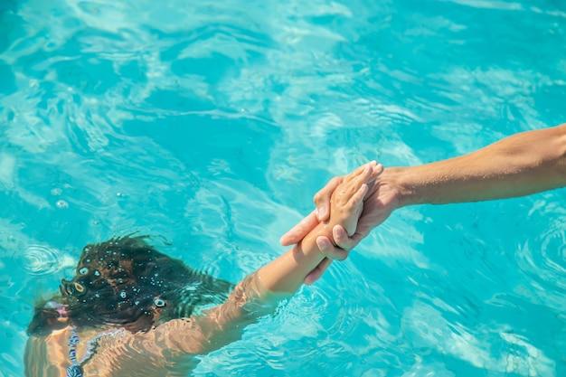 子供は海で溺れています。セレクティブフォーカス。自然。