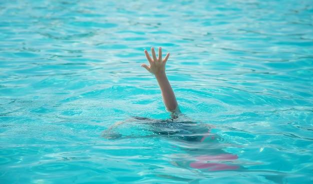 Малыш тонет в море. выборочный фокус.