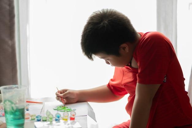 Ребенок рисует цвет, концепция образования