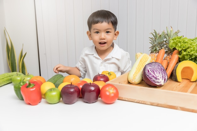 Kid learning about nutrition to choose how to eat fresh fruits and vegetables.