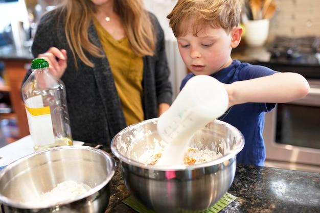 お母さんの教育写真で焼く方法を学ぶ子供