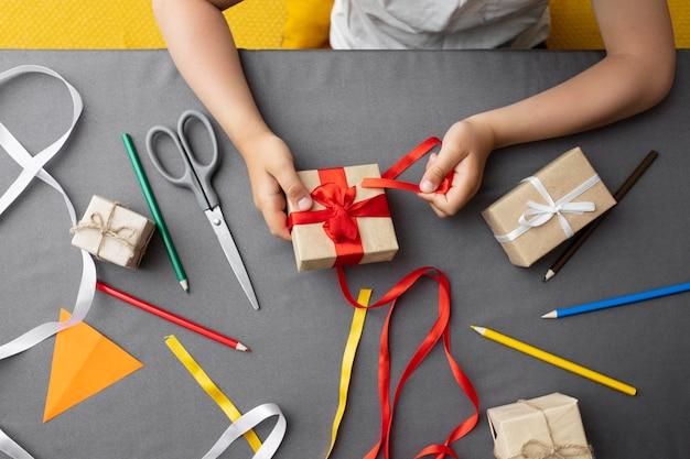 Ребенок учится делать подарок