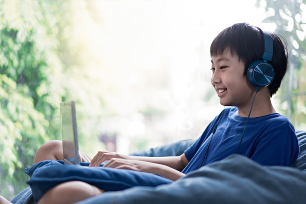 Малыш слушает музыку на диване в гостиной для отдыха