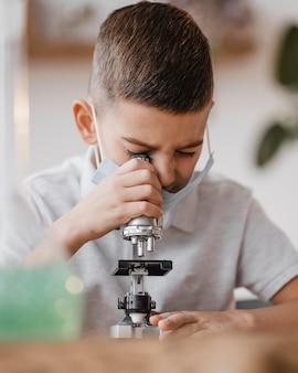 Kid guardando attraverso un microscopio