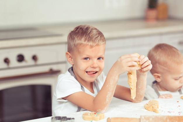 自宅の家庭用キッチンで自家製クッキーを作る子供