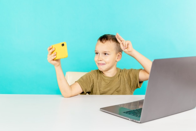 Ребенок делает фото на телефоне, чтобы отправить его своим друзьям
