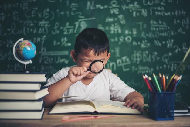 교실에서 교육 지구 모델을 관찰하거나 공부하는 아이.