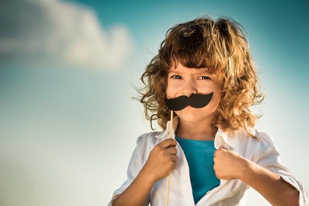 슈퍼히어로처럼 셔츠를 여는 아이. 걸 파워와 페미니즘 개념