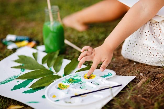 公園で着色されたペンキで子供の絵
